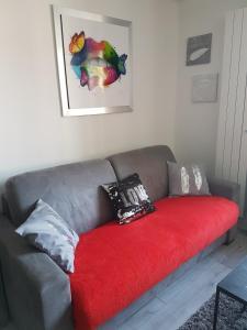A seating area at Studio entièrement meublé