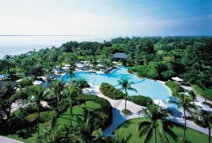 A view of the pool at Shangri-La's Mactan Resort & Spa or nearby