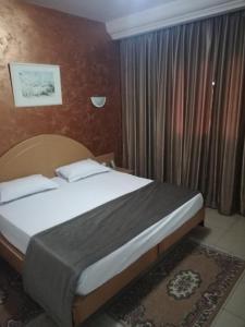 سرير أو أسرّة في غرفة في Hotel Yasmine