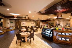 A restaurant or other place to eat at Splash at Coconut Bay Beach Resort and Spa
