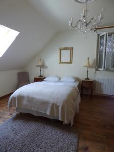 A bed or beds in a room at Le Clos des Camélias