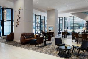 A restaurant or other place to eat at Des Moines Marriott Downtown