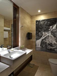 حمام في فندق جي تاور