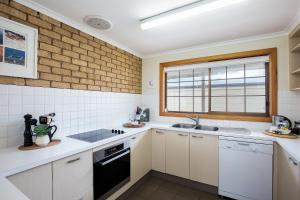 A kitchen or kitchenette at Relax on Ryan @ Robe