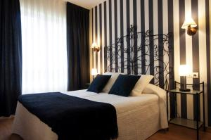 A bed or beds in a room at Hotel La Farola del Mar