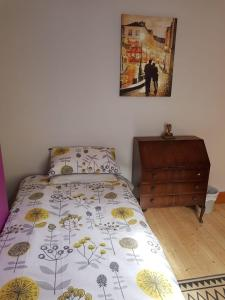 A bed or beds in a room at Derry City center townhouse