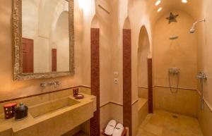 A bathroom at Riad Dar Karma