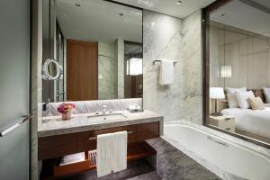 A bathroom at Lotte Hotel Seoul Executive Tower