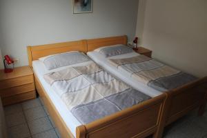 Een bed of bedden in een kamer bij Ferienwohnungen im Gästehaus Sieberns
