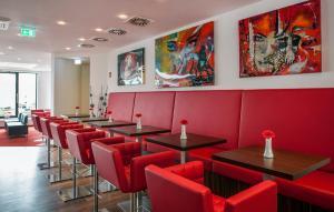 The lounge or bar area at Best Western Plus Plaza Berlin Kurfürstendamm