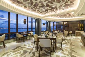 A restaurant or other place to eat at Samann Grand