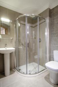 A bathroom at Victoria Hotel
