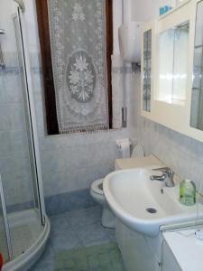 A bathroom at Appartamenti Il Leone