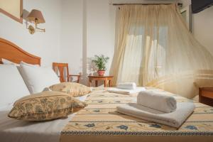 A bed or beds in a room at Hotel Meltemi