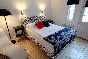 A bed or beds in a room at Borgs Villahotell och B&B