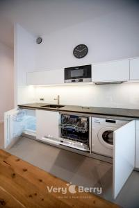 A kitchen or kitchenette at Very Berry - Orzeszkowej 14 - MTP Apartment, parking, check in 24h