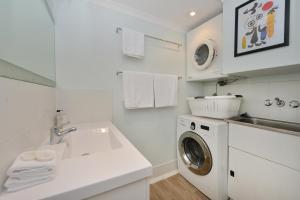 A bathroom at Marina Terrances U4