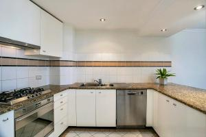 A kitchen or kitchenette at Apartment Alfred St (South) ALF49
