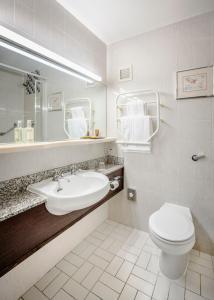 A bathroom at Best Western Burnley North Oaks Hotel and Leisure Club