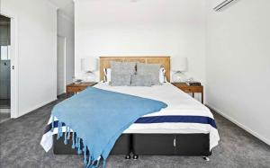 A bed or beds in a room at Seaviews ! Pool, BBQ, Luxury home in Airlie Beach Central