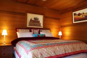 A bed or beds in a room at Silverpoint Accommodation