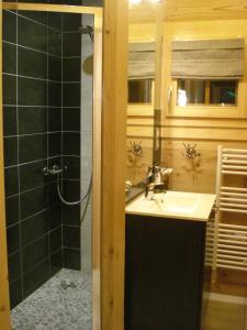 Salle de bains dans l'établissement Les Chalets des Chatelminés