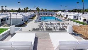 Uitzicht op het zwembad bij Club Maspalomas Suites & Spa - Adults Only of in de buurt