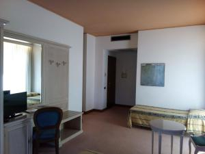 A television and/or entertainment center at Balletti Park Hotel