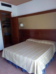 A bed or beds in a room at Balletti Park Hotel