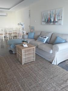 A seating area at Vouliagmeni Sea and Sun Apartment