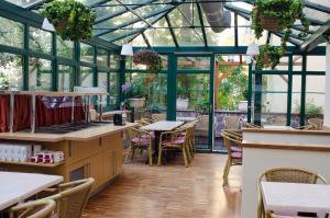 Un restaurante o sitio para comer en Anna Hotel