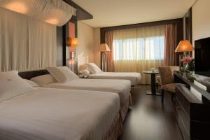 A bed or beds in a room at Hotel Cordoba Center