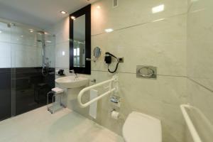 A bathroom at Hotel Cordoba Center