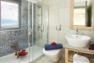 Ein Badezimmer in der Unterkunft Trapezaki Bay View