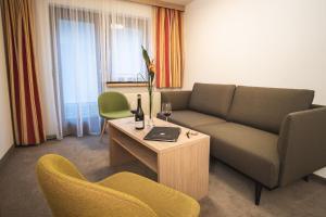 Ein Sitzbereich in der Unterkunft Hotel & Chalet Bellevue