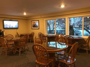 A restaurant or other place to eat at Lakeshore Inn & Suites