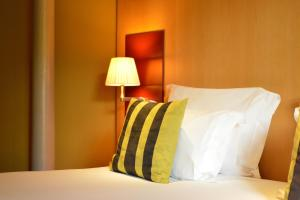 A bed or beds in a room at Pestana Palácio do Freixo, Pousada & National Monument - The Leading Hotels of the World