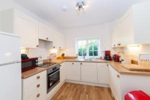 A kitchen or kitchenette at Prince Hill Cottages