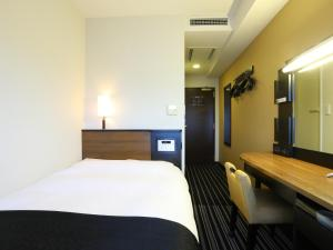 A bed or beds in a room at APA Hotel Tokyo Shiomi Ekimae