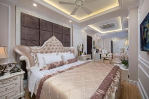 A bed or beds in a room at Royal Holiday Hanoi Hotel