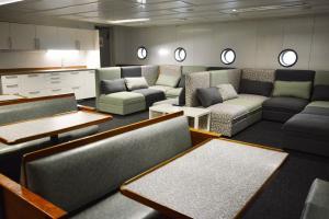 The lounge or bar area at Hotel Boat Isosaari
