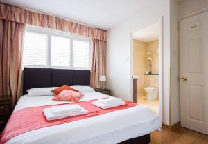 A bed or beds in a room at Spacious House, Sleeps 7 people