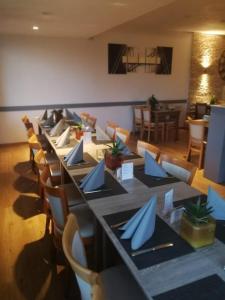Ein Restaurant oder anderes Speiselokal in der Unterkunft Limbacher Hof Landgasthof & Restaurant