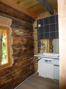 Cuisine ou kitchenette dans l'établissement Les Cabanes Silvae