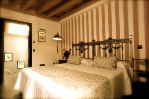 A bed or beds in a room at Hotel-Hospedería los Templarios