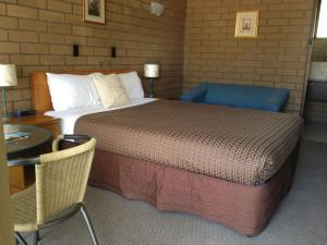 A bed or beds in a room at Rippleside Park Motor Inn