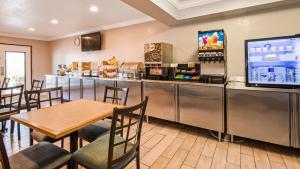 Ein Restaurant oder anderes Speiselokal in der Unterkunft Sure Stay Plus by Best Western Twentynine Palms Joshua Tree