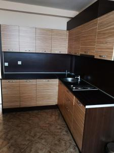 Кухня или кухненски бокс в Hotel Varly Bryag
