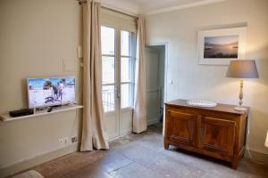 A television and/or entertainment center at Appartements de l'Hotel de Girard