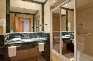 A bathroom at Gran Hotel Los Angeles